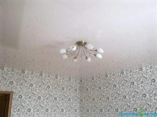 Белый глянцевый потолок в комнату 15 кв.м