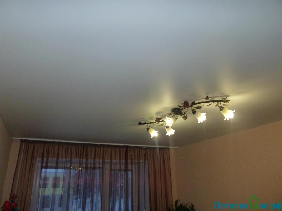 Матовый бесшовный натяжной потолок в зал 18 кв.м